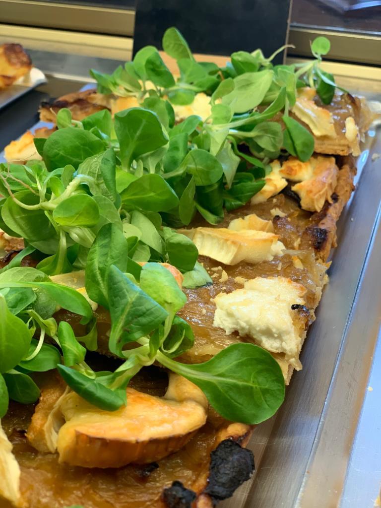 coca de cebolla caramelizada, queso de cabra y canonigos · Horno de Pan y pastelería Ca Sa Camena (Casa fundada en el año 1912)